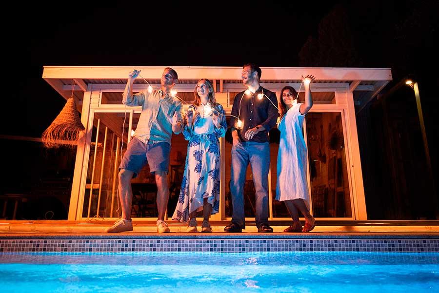 Bildmanér för Pool Store, kväll med vänner vid poolen