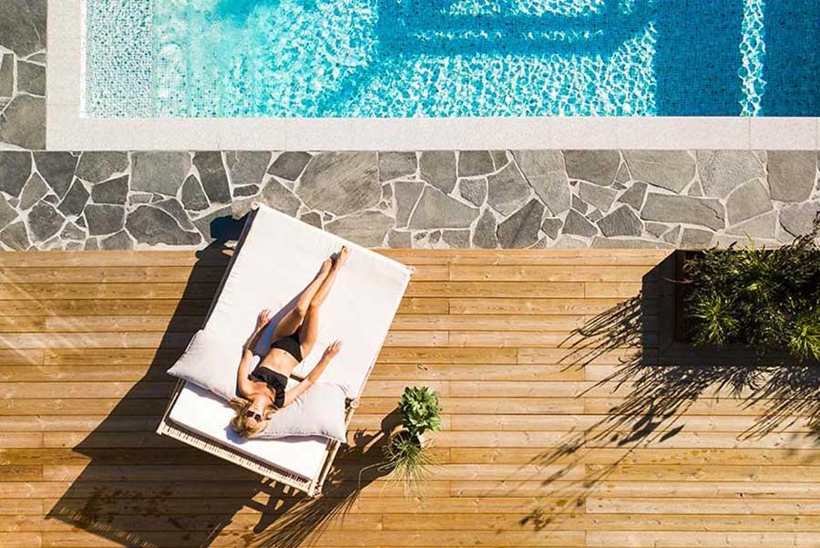 Bildmanér för Pool Store, tjej på solsäng vid poolen