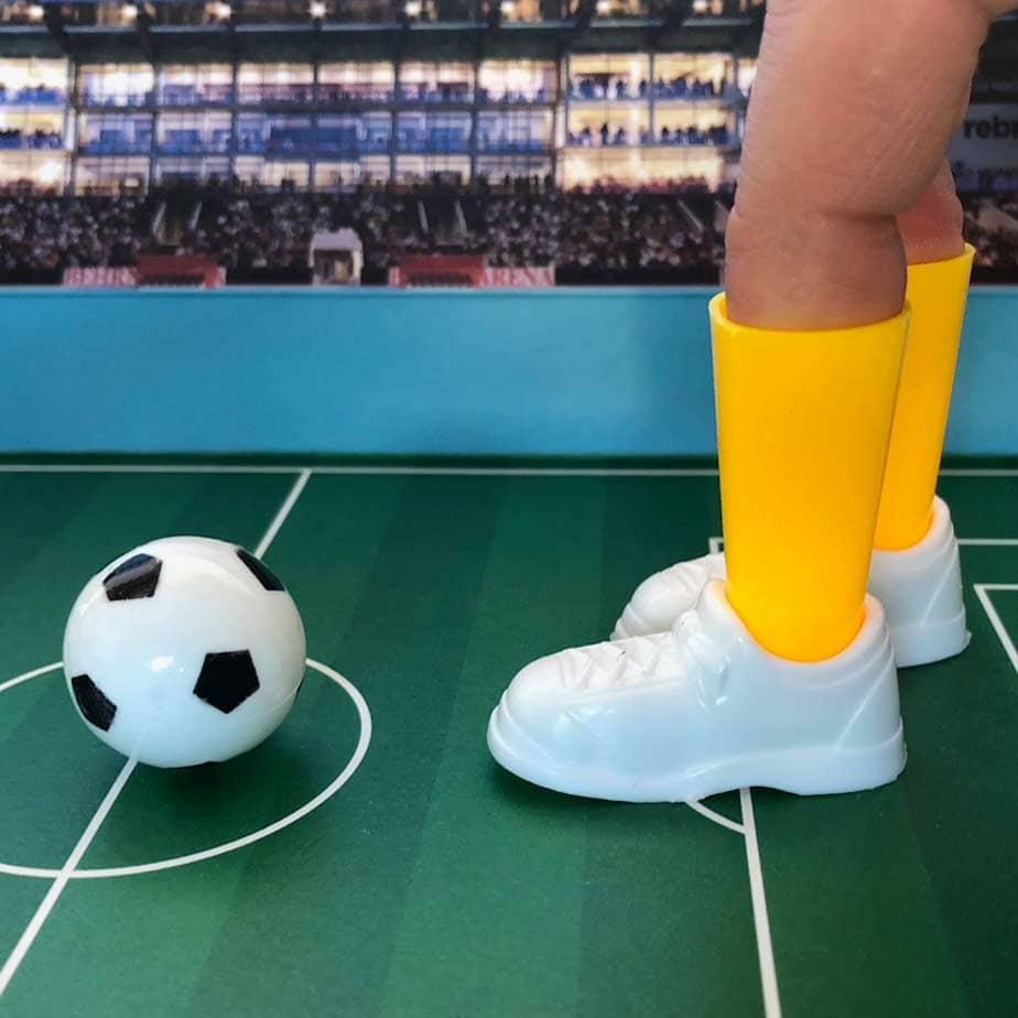 Närbild på DR:et. Fotbollsspel i miniatyr