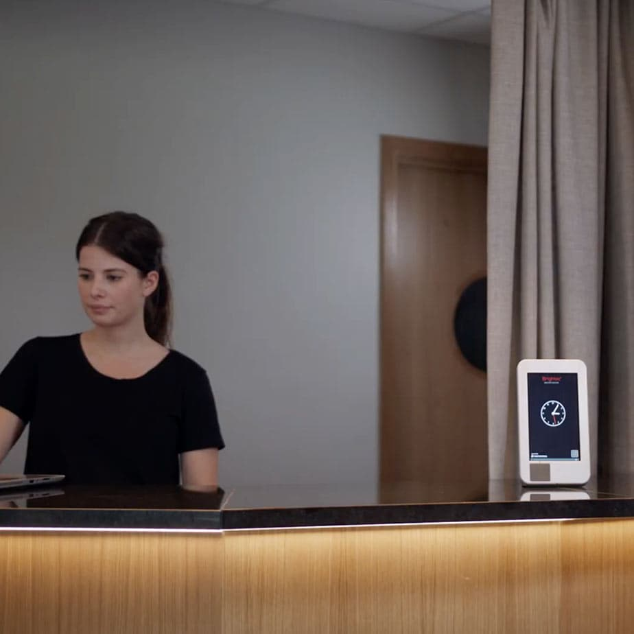 Touch display står på receptionsdisk