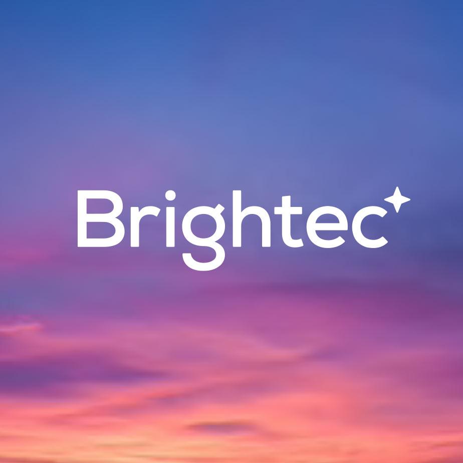 Brightecs logotyp mot en gryning i bakgrunden