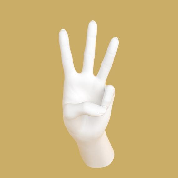 Hand som håller upp tre fingrar