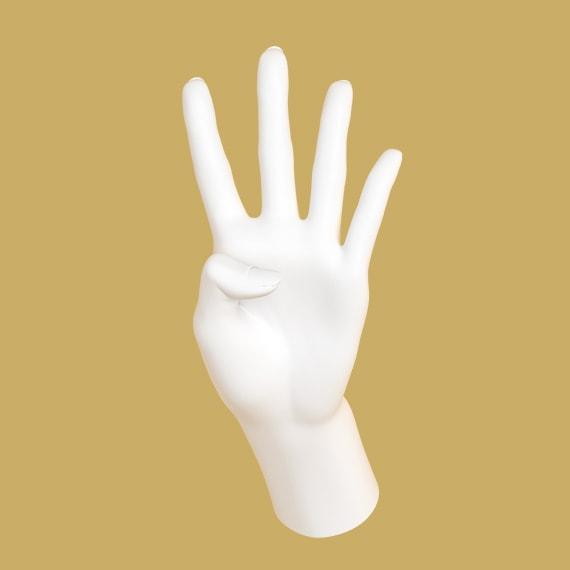 Hand som håller upp fyra fingrar