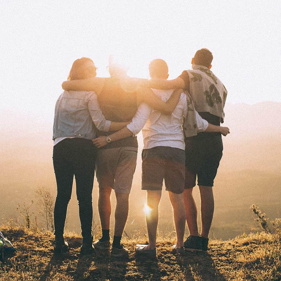 Fyra personer som håller om varandra