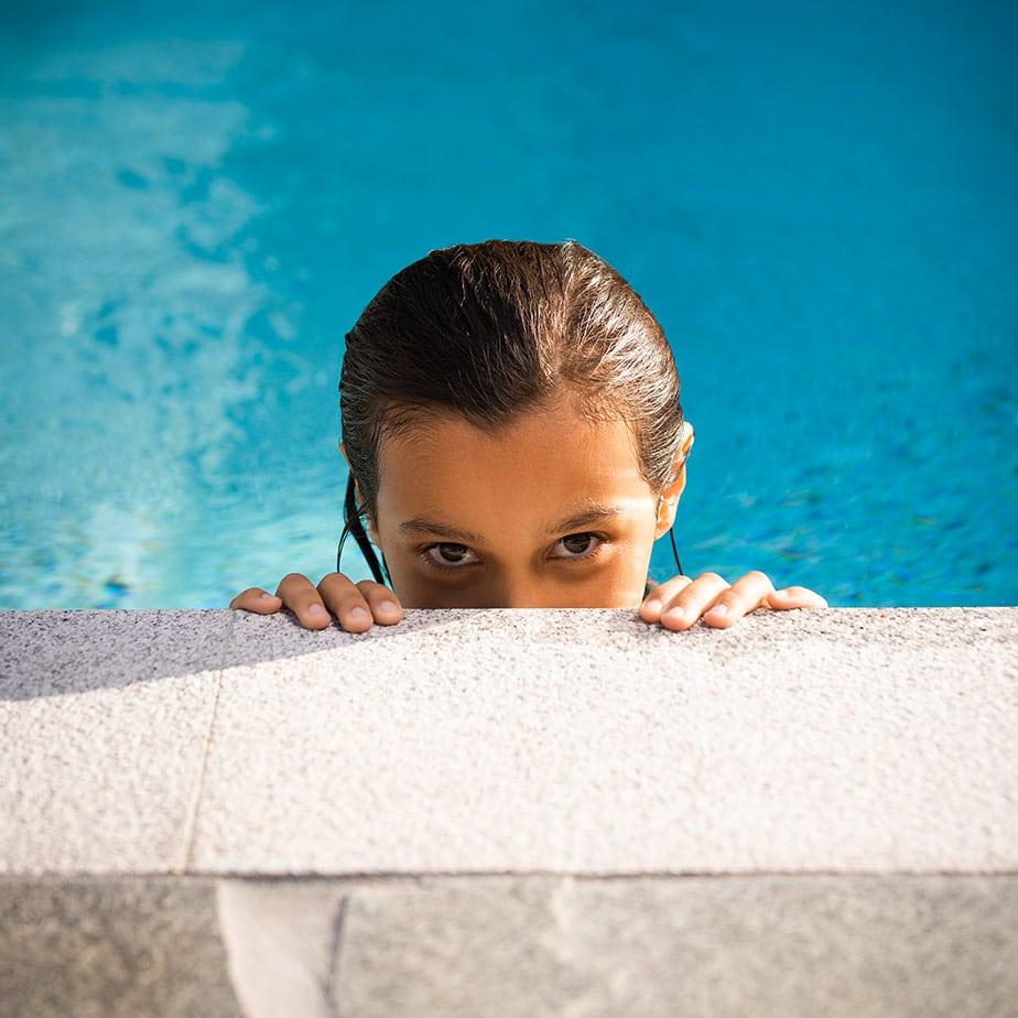 flicka-badar-i-pool